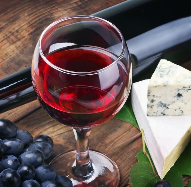 Glas rotwein mit flasche