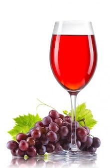 Glas rotwein und ein bündel reife trauben lokalisiert