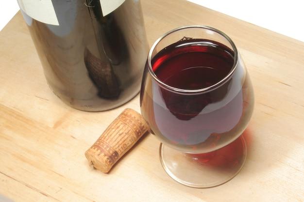 Glas rotwein und eine flasche