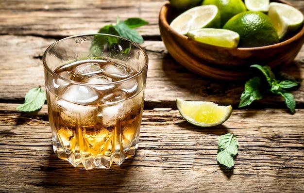 Glas rum mit eis, limette und minze