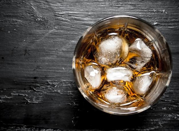 Glas rum mit eis