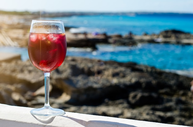 Glas sangria an einer seebar