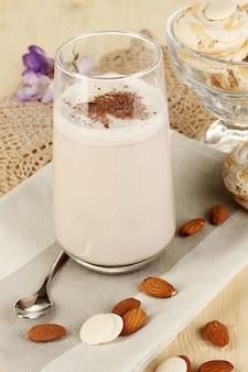 Glas schokoladen-sahne-cocktail auf holztisch nahaufnahme