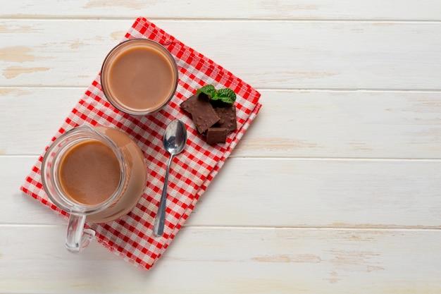 Glas schokoladenmilch auf der dunklen oberfläche.