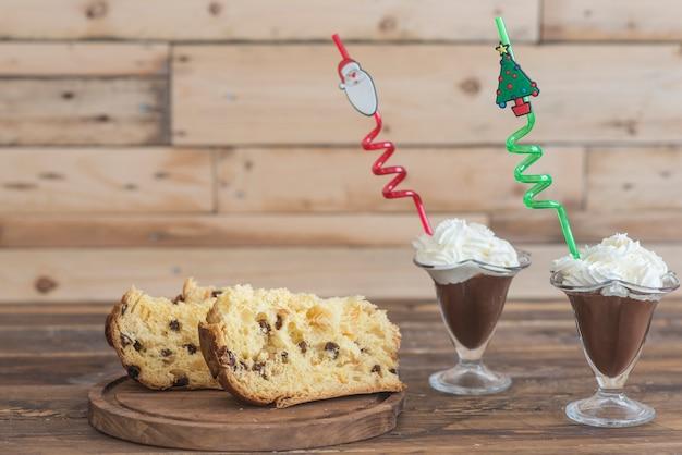Glas schokoladenmilchshake und panettone