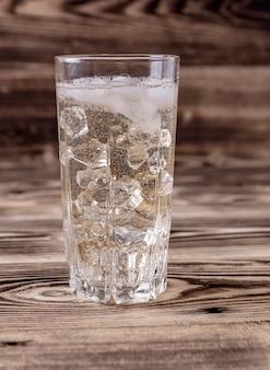 Glas selterswasser mit vanille und eiswürfeln