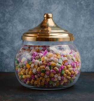 Glas süßigkeiten auf dem tisch