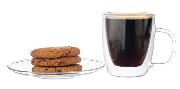 Glas tasse kaffee mit schokoladenkeks lokalisiert auf weiß