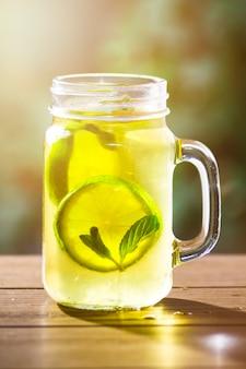 Glas tee mit zitrone