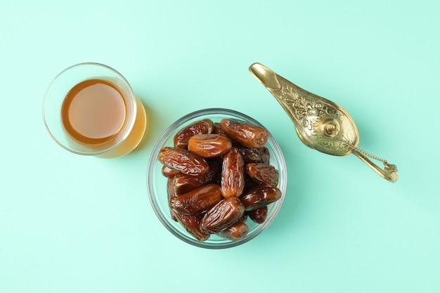 Glas tee, ramadan lampe und datteln auf minze