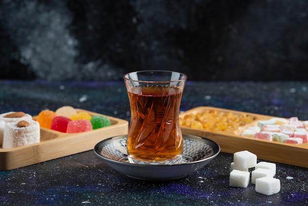 Glas tee und köstlichkeiten