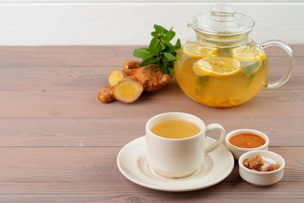 Glas teekanne tee mit ingwer und zitrusfrüchten nahaufnahme