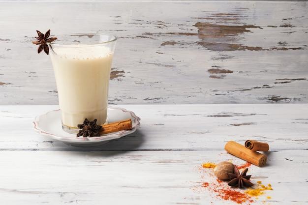 Glas traditioneller indischer chai-tee mit sternanis und zimt