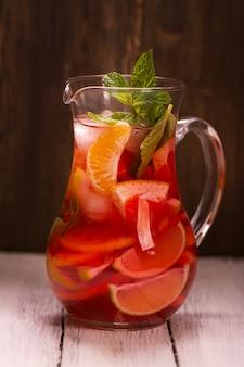 Glas traditionelles rotes spanisches sangriagetränk mit unterschiedlicher zitrusfrucht