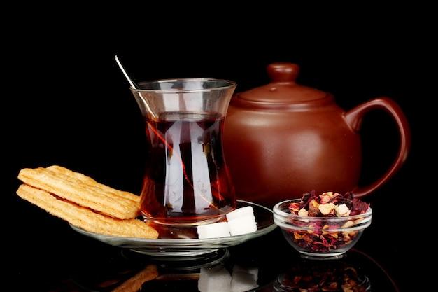 Glas türkischer tee auf schwarz