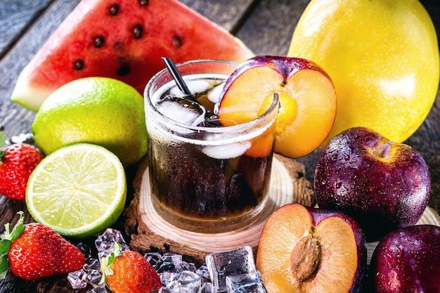 Glas typisch brasilianisches getränk namens caipirinha, pflaume, destillierter alkohol