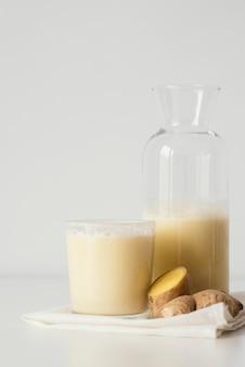 Glas und flasche mit leckerem getränk
