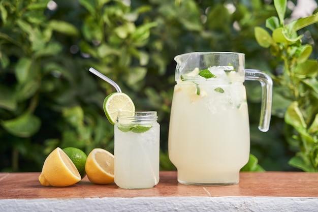 Glas und krug frische limonade