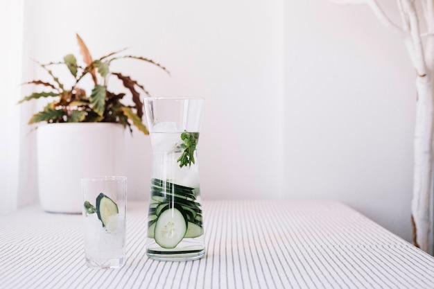 Glas und krug mit erfrischendem wasser