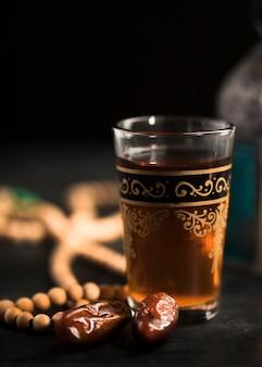 Glas und snacks für den ramadan-tag