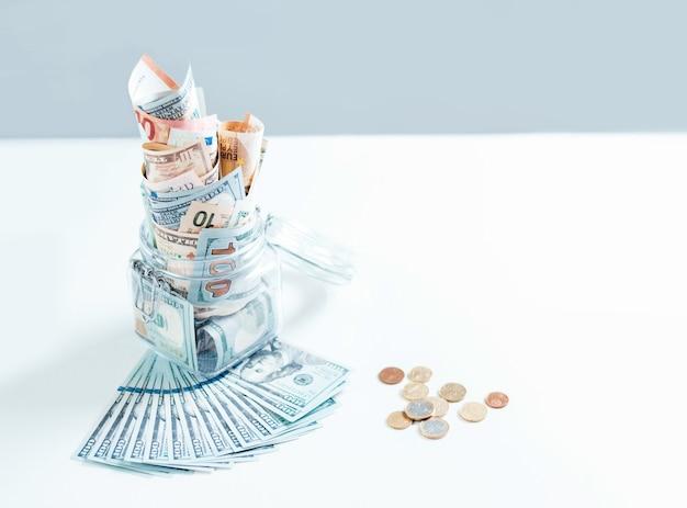Glas voller geld. kriseneinsparungskonzept