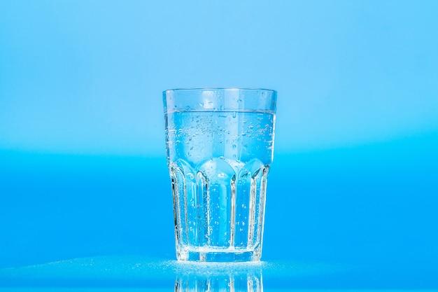 Glas wasser auf blau