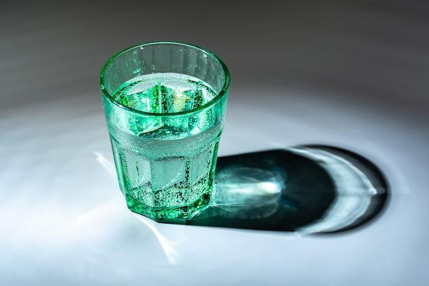 Glas wasser auf einem tisch