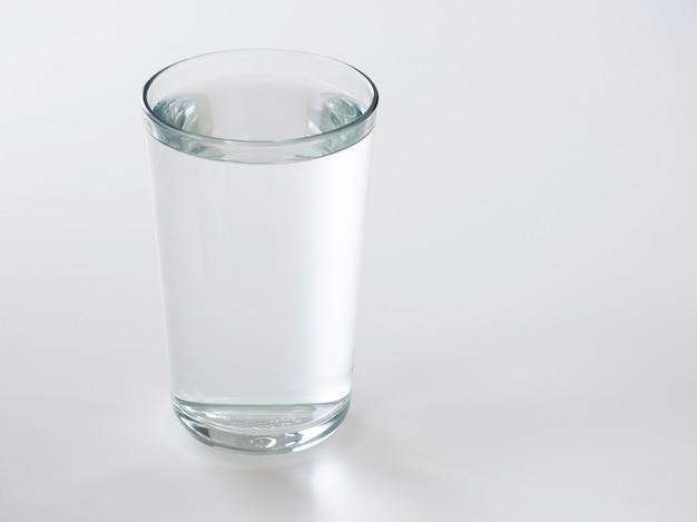 Glas wasser auf einem weißen hintergrund