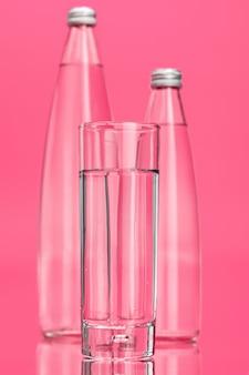 Glas wasser auf rosa