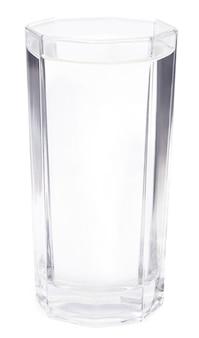Glas wasser auf weißem hintergrund