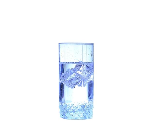 Glas wasser, eis und frische zitronenscheibe auf weißem hintergrund