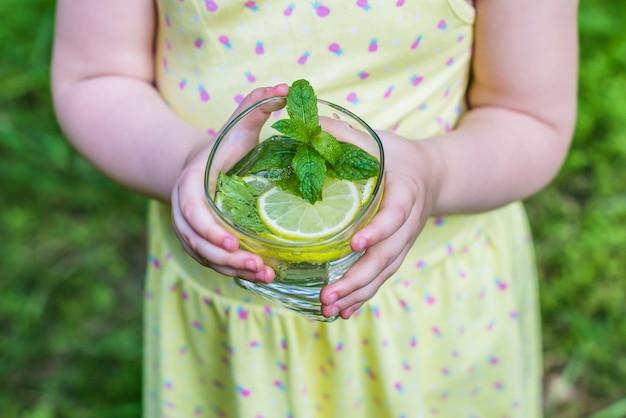 Glas wasser in den händen der kinder