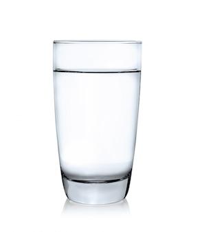 Glas wasser isoliert auf weiß