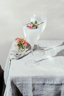 Glas wasser mit blütenblättern