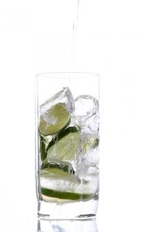 Glas wasser mit eis und kalk