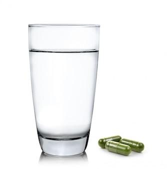 Glas wasser und moringa kapselpillen