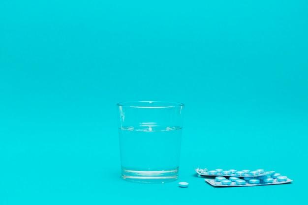 Glas wasser und pillen