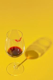 Glas wein mit lippenstiftfleck