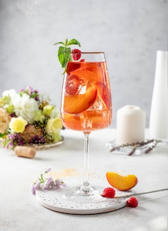 Glas wein mit pfirsicheis und minze