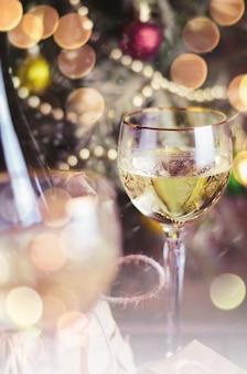 Glas wein und weihnachtsdekoration