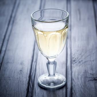 Glas weißwein. alkoholisches getränk