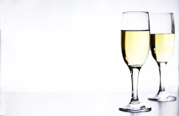 Glas weißwein auf einem tisch auf weißem hintergrund isolieren