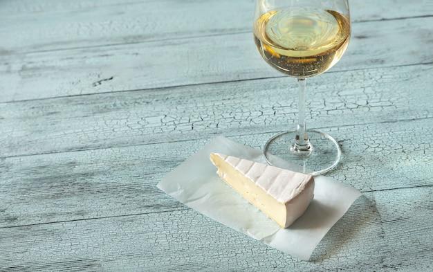Glas weißwein mit brie