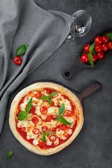 Glas weißwein und pizza margarita mit tomaten und käse