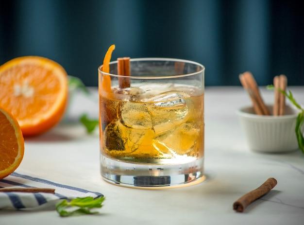 Glas whiskey mit zimt