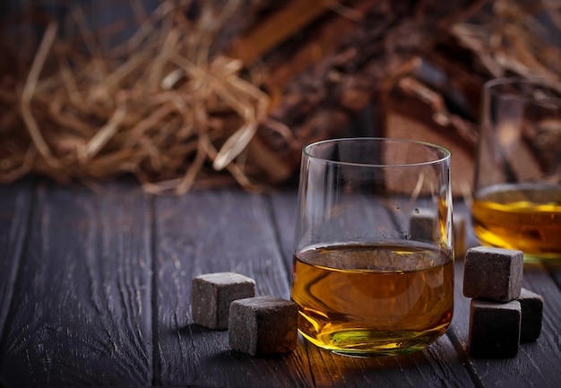 Glas whisky mit steinen