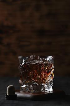 Glas whisky oder bourbon, nur mit eis