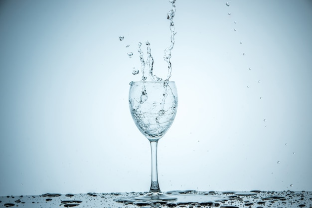 Glas wird mit wasser gefüllt
