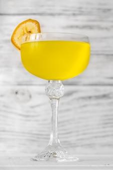 Glas yellow submarine cocktail garniert mit bananenscheibe
