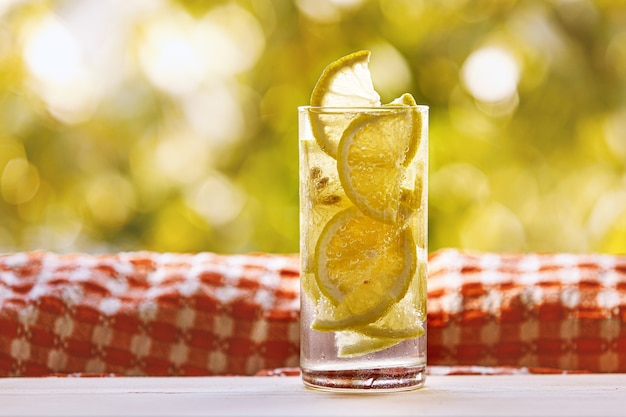 Glas zitronenwasser auf dem sonnigen garten